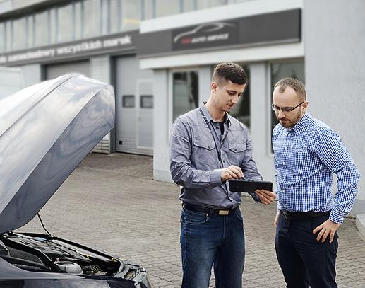 Mechanik przyjmuje pojazd przy użyciu aplikacji mobilnej do warsztatu