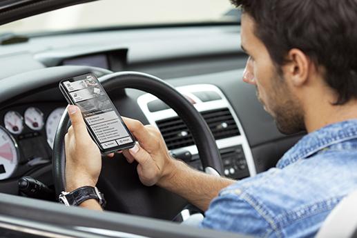 Klient sprawdza realizację zlecenia w warsztacie przy użyciu aplikkacji mobilnej na smartfonie